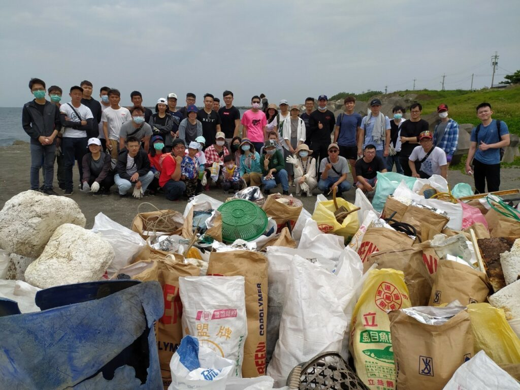 "<img src=""livecom-people- clean beach.jpg"" alt=""麗富康公益淨灘"">"